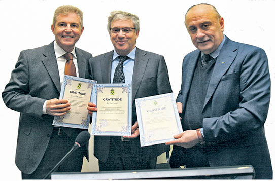 Alexandr Polowtsew, Director of the A. Pawlenko Institute of Dentistry, handed over the certificates of recognition to the guests of honour, Dr Fred Bergmann and Dr Paul Weigl.