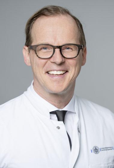 Portrait Porträt v1 Ralf Smeets  Prof. Dr. med. Dr. med. dent. Ralf Smeets Geschäftsführender Oberarzt Leiter der Forschung MKG Leiter der Sektion Regenerative Orofaziale Medizin Kopf- und Neurozentrum Klinik und Poliklinik für Mund-, Kiefer- und Gesichtschirurgie (MKG) Facharzt für Mund-Kiefer-Gesichtschirurgie Fachzahnarzt für Oralchirurgie